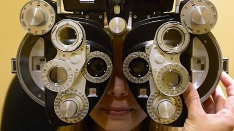 Näöntarkastusta optikolla.