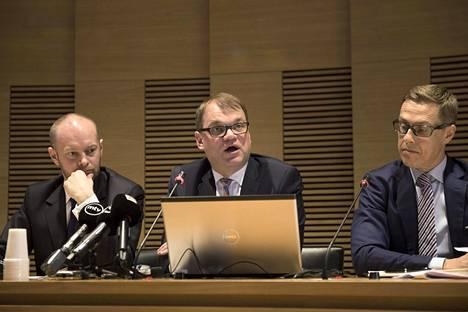 Pääministeri Juha Sipilä (kesk, keskellä) piti toukokuussa 2016 tiedotustilaisuuden, jossa hän esitteli valtion uutta omistajapolitiikan linjausta. Vasemmalla perussuomalaisten eudskuntaryhmän silloinen puheenjohtaja Sampo Terho ja oikealla valtiovarainministeri Alexander Stubb.