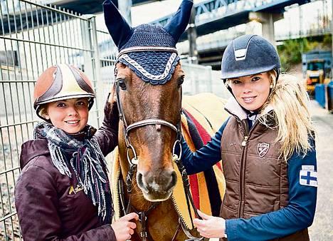 Leonardo Davinci malttoi hädin tuskin poseerata hetken omistajiensa Miisa (vas.) ja Saana Pulkkasen käsissä, koska sillä oli kiire takaisin Helsinki Horse Show'n kilpakentälle.