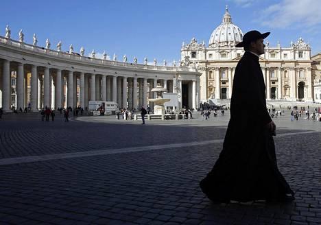 Katolisen kirkon keskus sijaitsee Vatikaanissa. Pedofiilipappeja on paljastunut kirkon sisältä ympäri maailmaa.
