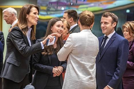 Pääministeri Sanna Marin (sd) esittäytyi huippukokouksen alkaessa muille EU-johtajille. Kuvassa Belgian pääministeri Sophie Wilmés (vas.), Tanskan pääministeri Mette Fredriksen sekä Ranskan presidentti Emmanuel Macron.