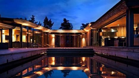Luksushuvilan uima-altaassa saa pulikoida omassa rauhassa.