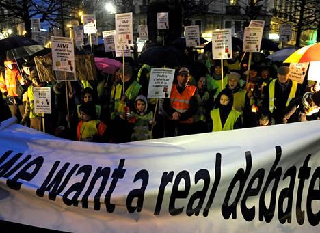 Keltatakeiksi itseään kutsuva ryhmä osoitti mieltään eutanasialakia vastaan viime tiistaina Brysselissä.