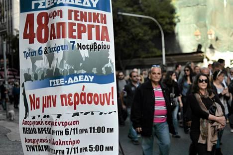 Journalistit marssivat lakkopäivänään Ateenassa maanantaina.