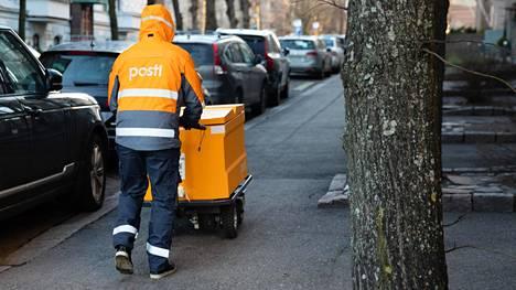 Postinjakaja reitillään Helsingin kantakaupungissa torstaina.
