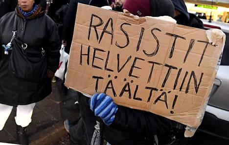 Vastamielenosoittajia Suomi Ensin -mielenosoituksessa Puotinharjun ostoskeskuksen edessä Helsingissä marraskuussa 2016.