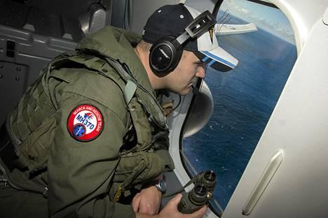 Amerikkalainen merivoimien sotilas tarkkaili etsintäkoneesta käsin meren pintaa Intian valtamerellä torstaina.