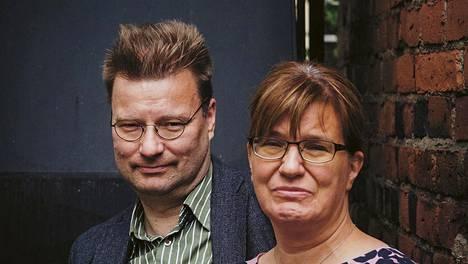 Tampereen yliopiston historiantutkijat Marko Tikka ja Seija-Leena Nevala kirjoittavat Kielletyissä leikeissä tunteiden historiaa. 1900-luvun alkupuolen ihmisten mielenmaisemaan on vaikea päästä käsiksi nykypäivästä käsin.