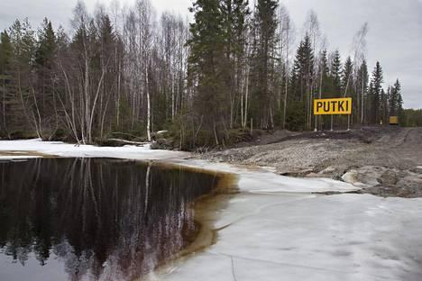 Nuasjärven ranta johon Terrafame Groupin Sotkamon Talvivaaran kaivoksen purkuputki on johdettu 27. huhtikuuta 2016.