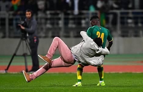 Senegalin Lamine Gassama joutui katsojan taklaamaksi.
