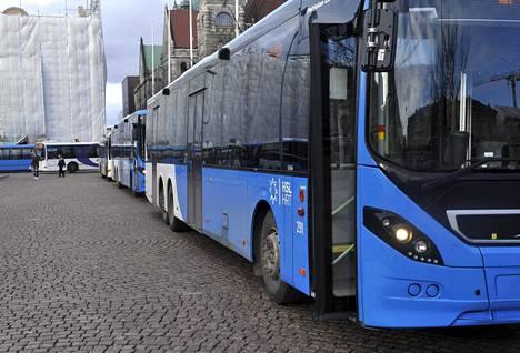 HSL:n busseja Rautatientorilla Helsingissä maaliskuussa 2020.