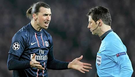Zlatan Ibrahimovicilla (vas.) oli asiaa erotuomari Wolfgang Starkille viime tiistain Mestarien liigan ottelussa.