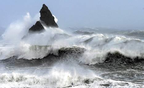 Kovan tuulen nostattamat aallot löivät Broad Havenin rannikolle Pembrokeshiressä Walesissa keskiviikkona.