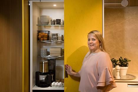 Tarvitaanko aamiaiselle todellakin oma kaappinsa, ihmettelevät lukijat. Sisustussuunnittelija Sanna Siik-Keskisarja kertoo, mitä hyötyä aamiaiskaapista on.