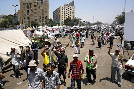Tuhannet kairolaiset Muslimiveljeskunnan kannattajat uhmaavat sisäministerin määräystä purkaa protestileiri Rabaa al-Adawian kaupunginosassa ja pysytelevät telttakaupungissaan, joka tukkii yhden kaupungin valtaväylistä.