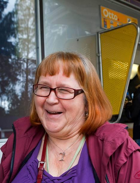 Vehmersalmelainen yrittäjä Aila Miettinen ilahtuu, kun kuulee kirkonkylän ainoan käteisautomaatin säilyvän. Vehmersalmen taajamasta on Kuopioon 50 kilometriä.