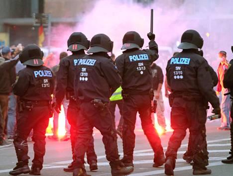 Mellakkapoliisi ja äärioikeiston mielenosoittajat ottivat yhteen Chemnitzissä maanantaina.