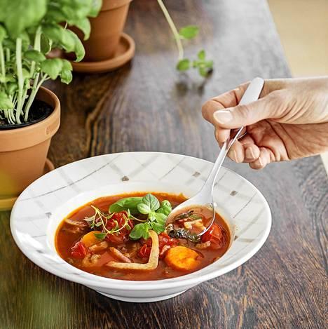 Pitkä muhittaminen antaa tomaattikeittolle syvän maun. Fenkoli tuo kivan aniksisen vivahteen.
