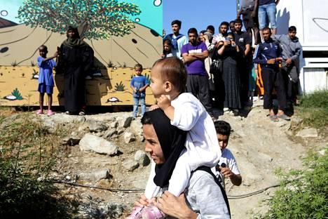Ihmiset protestoivat Morian leirin elinolosuhteita vastaan Lesboksen saarella 1. lokakuuta.