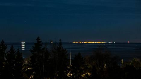 Lauttasaaren Myllykalliolta sunnuntai-iltana yhdeksään aikaan otetussa kuvassa näkyvät Tallinnan valot selvästi.
