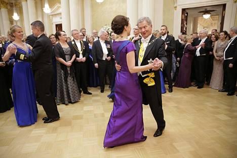 Tasavallan presidentti Sauli Niinistö ja Jenni Haukio tanssin pyörteissä Linnan juhlissa 2016.