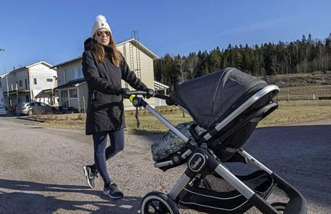 """""""Onnellisten kyläksihän tätä kutsutaan"""", kuvailee Kirkkonummen Sundsbergissä viime vuoden keväästä saakka asunut Jenni Lampinen. Rattaissa kulki Lampisen poika Jyry Jylhä."""