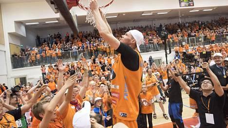 Kauhajoen Karhu Basket on voittanut Korisliigan mestaruuden 2018 ja 2019 eli kahdella edellisellä loppuun saakka pelatulla kaudella. Kuvassa mestaruusjuhlat vuodelta 2018, jolloin Karhu Basket kaatoi finaaleissa Salon Vilppaan. Korisukkaa leikkaamassa Gregory Mangano.