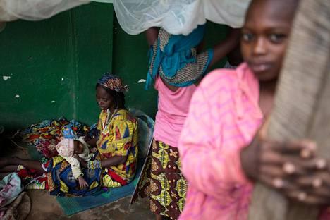 Nainen pitelee lastaan pakolaisleirissä Keski-Afrikan tasavallassa. Sisällissodan runteleman maan asukkaat kokivat eniten negatiivisia tunteita maailmassa vuonna 2017, selviää uudesta kyselystä.