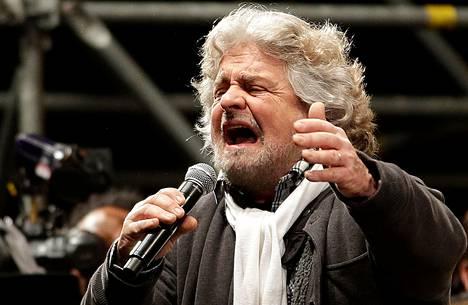 Viisi tähteä -protestiliikkeen johtaja Beppe Grillo kampanjoi viime viikolla Roomassa.