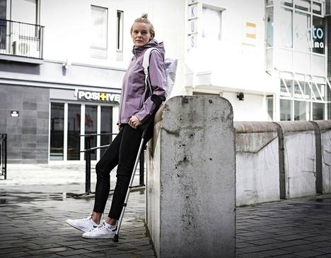 Kainalosauvojen avulla liikkuva Hanna-Maari Päkk haluaisi lopettaa uransa urheilemalla, eikä loukkaantumiseen.