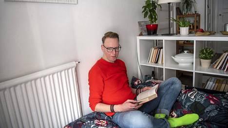 Jevgenij Jeprintsev muutti uuteen kotiinsa Sörnäisiin marraskuussa. Jatkuva meteli on estänyt nukkumisen asunnossa.