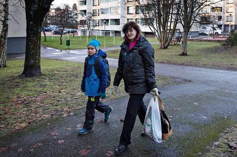 """Mellunmäessä vuodesta 2009 asunut Marianne Tolonen, 60, kannattaa uusien asuntojen rakentamista vanhojen tilalle. """"Kannatan sitä rahallisesta syystä. Putkirempan jälkeen edessä olisi kattoremontti. Ei niiden remonttien jälkeen kukaan enää maksaisi asunnostani samaa summaa, minkä itse maksoin."""" Tolosen mukana on hänen siskonpoikansa Joona Aho, 8."""