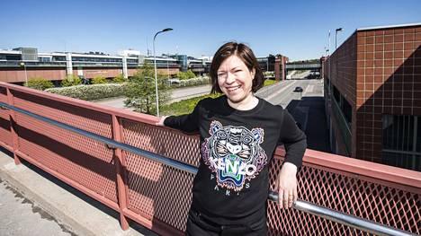Itäkeskus on suunniteltu, kun autokaupunki oli ihanne. Esimerkiksi Asiakkaankadun kevyen liikenteen sillan ali kulkee vilkas Itäväylä. Anni Sinnemäelle kaupunginosa on tuttu kouluajoilta.