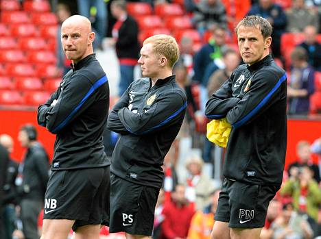 Phil Neville (oik.) toimi Manchester Unitedin apuvalmentajana päättyneellä kaudella yhdessä Nicky Buttin (vas.) ja Paul Scholesin kanssa.