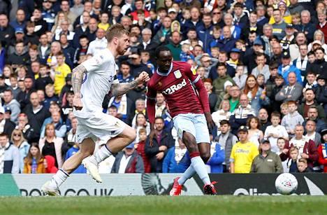 Aston Villan Albert Adomah pääsi tekemään maalin Leedsin puolustuksen estelemättä.