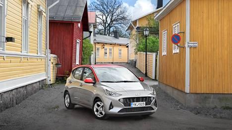 Hyundai i10:n värivaihtoehtoja on paljon enemmän kuin perusautoissa. Jos yksivärisistä ei löydy mieluista, vaihtoehtona ovat kaksiväriset mallit.