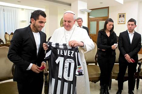 Paavi Franciscus on tunnettu jalkapalloinnostuksestaan. Kuvassa hän saa pelipaidan Carlos Teveziltä, joka edustaa Juventusta.