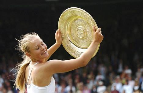 Maria Sarapova juhli Wimbledonin tennisturnauksen voittoa heinäkuussa 2004.