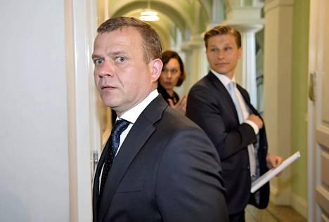 Kokoomuksen puheenjohtaja Petteri Orpo taustallaan Antti Häkkänen, jota pidetään mahdollisena puheenjohtajapaikan tavoittelijana kesän puoluekokouksessa.