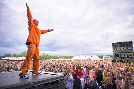 Kolumbialainen J Balvin on yksi maailman suosituimmista artisteista, ja Ruisrockin sunnuntai-illassa hän veti festarin parhaan keikan.