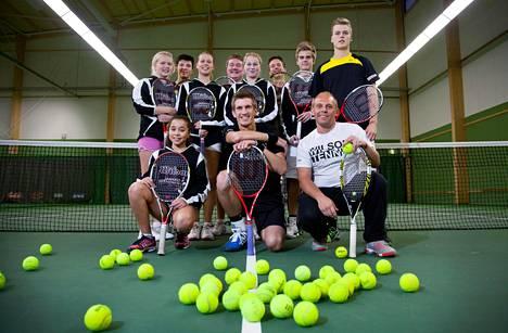 Jarkko Niemisen tennisakatemian oppilaita. Edessä Jarkko Nieminen keskellä ja Federico Ricci oikealla.