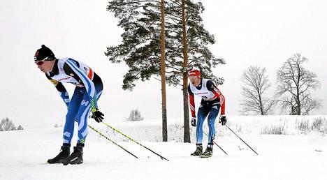Matti Heikkinen (vas.) Rybinskin maailmancupin 30 kilometrin yhdistelmähiihtokisassa.