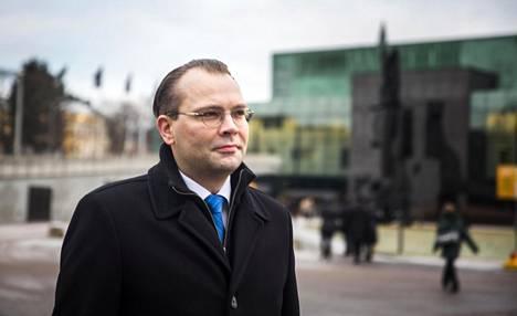 Jussi Niinistön mielestä Suomen puolustuksen perusteita ei tarvitse muuttaa, vaikka kansainvälinen turvallisuustilanne on kiristynyt.