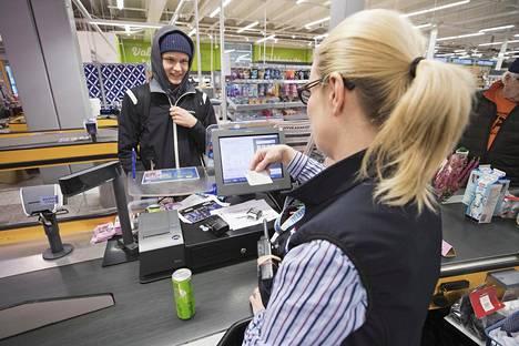 Myyjä Soile Honkurille kelpasi Kela-kortti, kun energiajuoman ostanut Eero Sormunen, 15, todisti ikänsä Välivainion K-Supermarketissa Oulussa.