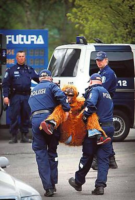 Orankiasuisten mielenosoitus sulki Eläintarhan huoltamon