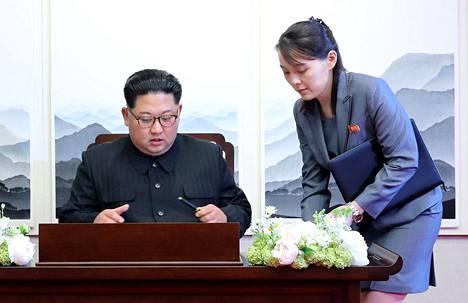 Kim Yo-jong yhteiskuvassa veljensä Kim Jong-unin kanssa huhtikuussa 2018 otetussa kuvassa.