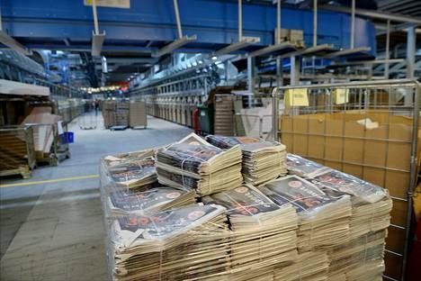 Sanomalehtiä valmiina jakeluun Helsingin postikeskuksessa 2015.