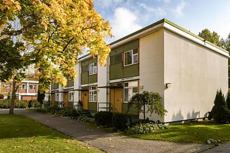 Bengt Lundstenin suunnittelemissa taloissa pistää silmään lempeät ja hauskat värit. Talojen sijainnissa on otettu huomioon piha ja ympäröivä luonto. Kuvan talo sijaitsee Vaaralassa.