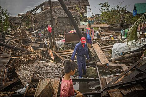Taifuunin jälkiä raivattiin San Policarpion kaupungissa perjantaina.