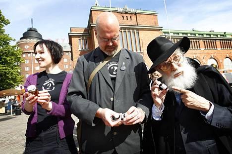 Skepsis irvaili homeopaattisilla tuotteilla Hakaniemessä Helsingissä kesällä 2010. Geneetikko ja kirjailija Tiina Raevaara oli mukana (vasemmalla).